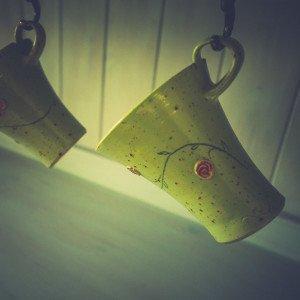 Kaffebecher aus Steinzeug - Grünes Röschendecor -
