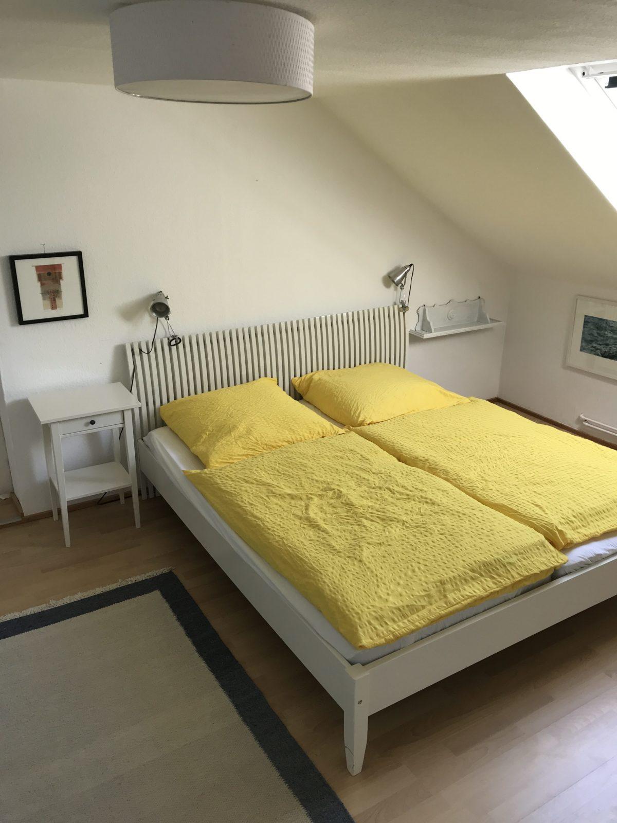 Doppelbett im Schlafzimmer 1